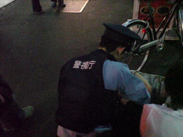 カラオケ屋前の酔いつぶれと警察官